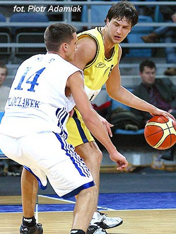 Milutin Aleksic (EKA AEL) guarded by Anwil's Armands Skele