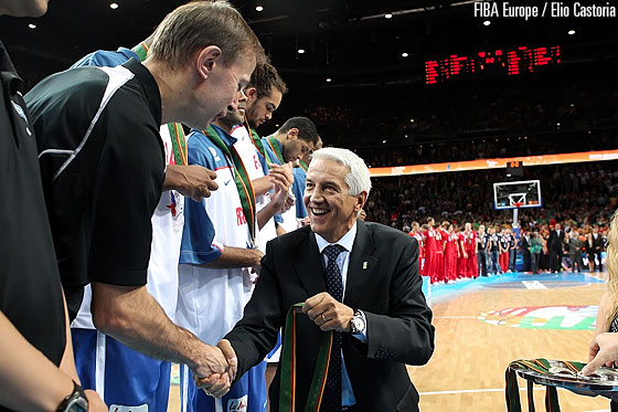 FIBA Europe Secretary General Nar Zanolin presenting the silver medal to France Head Coach Vincent Collet