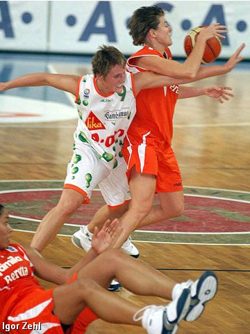 Hana Machová (left - Gambrinus Sika Brno) goes for a steal against Familia