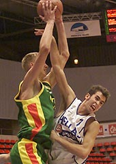 Martynas Andriuskevicius (left, LTU) and Fotios Vasilopoulos (GRE) fighting for a rebound