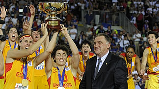 FIBA Europe Acting President Cyriel Coomans handing the trophy to EuroBasket Women champions Spain