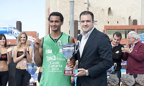 Gran Canaria 3on3 Tour Master Final - Dunk contest winner Nat Lawrence is presented with his prize