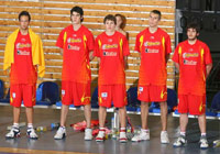 Spanish players on the bench pause for a moment of silence.