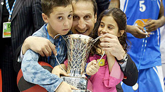 Dynamo St. Petersburg coach David Blatt with his children and the FIBA Europe League trophy