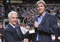 FIBA Europe Secretary General Nar Zanolin presents Dirk Nowitzki with the 2005 Player of the Year trophy
