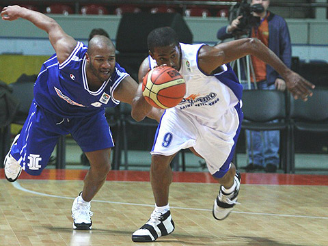 Jamal Mc Cullough (right - Dynamo St. Petersburg) and Khalid El-Amin (SC Azovmash Mariupol)