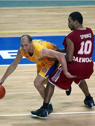 Vasily Karasev (left - BC Khimki) and Joseph Spinks (Amsterdam)