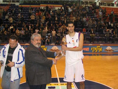 Sharon Shason collects the MVP award for his 26-point performance against Türk Telekom