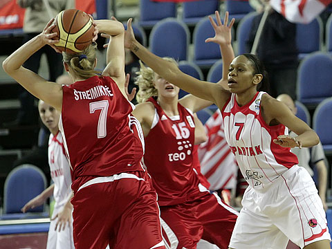 Tina Thompson (Spartak Moscow Region, right) and Jurgita Streimikyte (TEO Vilnius)