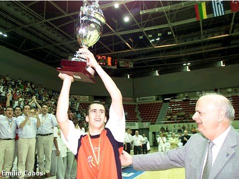 Sergio Rodriguez receives the trophy from FIBA Europe President George Vassilakopoulos