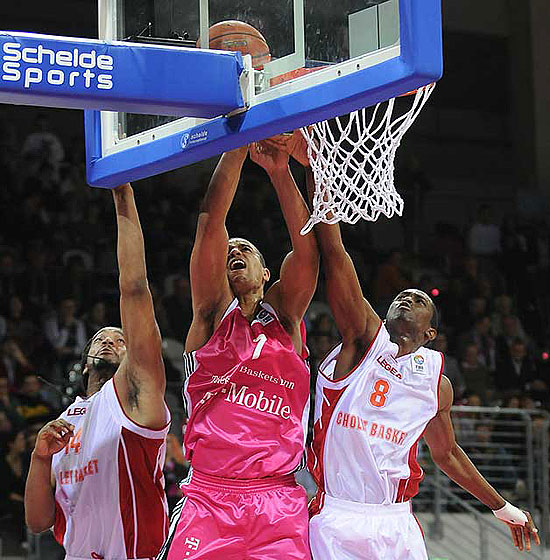 Alex King (Telekom Baskets) and Rodrigue Beaubois (Cholet Basket)