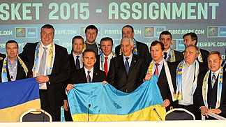 FIBA Europe Secretary General Nar Zanolin and FIBA Europe President Olafur Rafnsson with the Delegation of Ukraine, the hosts of EuroBasket 2015