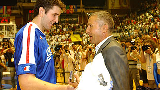 MVP trophy presented to Dragan Labovic by VODA VODA president Vojin Djordjevic