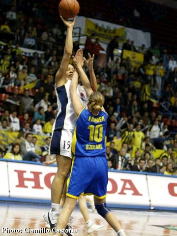 Beathny Donaphin (Fenerbahce) shooting over Gina Farmer (MAV COOP)
