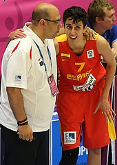 Alba Torrens takes advice from head coach Lucas Mondelo
