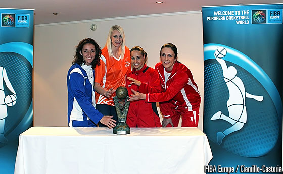 Maria Stepanova, Becky Hammon, Laia Palau and Ewelina Kobryn going for the EuroLeague Women trophy
